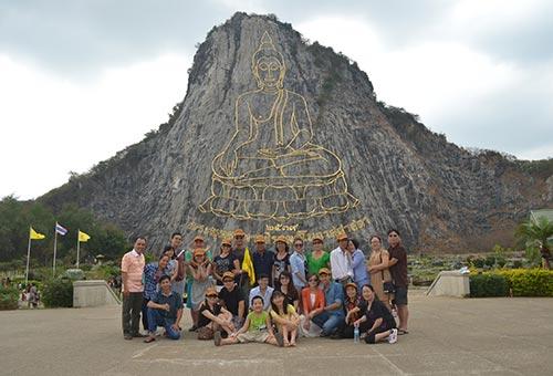 Du khách của Viettourist tham quan Trân Bảo Phật Sơn - núi Phật, được khắc bằng vàng 24K Ảnh: VĂN HIỆP