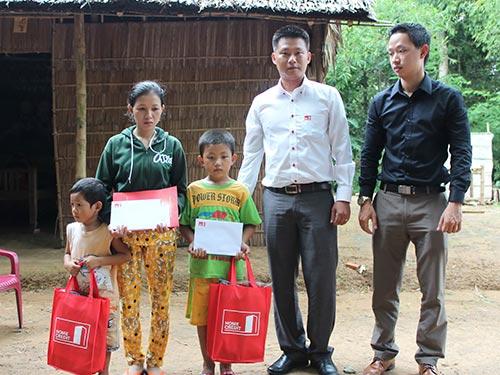 Đại diện Home Credit trao cà vẹt xe cho người vợ và trao tặng học bổng cho 2 con trai của anh Thạch Thả