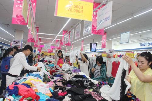 Hàng may mặc thời trang của Co.opmart hút khách hàng nữ do mẫu mã đẹp, giá giảm mạnhẢnh: XUÂN PHƯƠNG