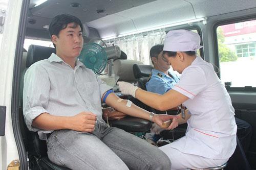 Anh Vũ Xuân Hải, công tác tại Trung tâm Y tế Dự phòng quận 1, TP HCM tham gia hiến máu nhân đạo