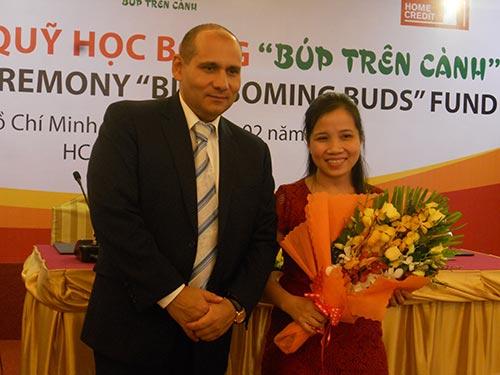 Ông Friedrich Weiss, Tổng Giám đốc Home Credit Việt Nam và bà Lê Thị Nguyệt, Phó Trưởng Phòng Lao động Ban Quản lý các Khu Công nghiệp Đồng Nai