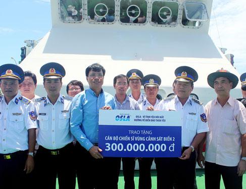 Ông Đoàn Sĩ Hiền, Phó Chủ tịch Merap Group (thứ 3 từ trái sang), đang trao 300 triệu đồng cho Vùng Cảnh sát biển 2 tại Quảng Nam