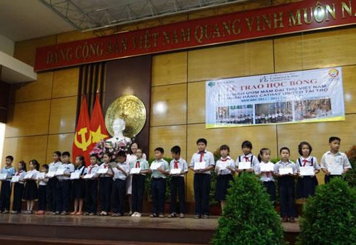 Các em học sinh nghèo hiếu học TP HCM nhận học bổng ngày 8-4