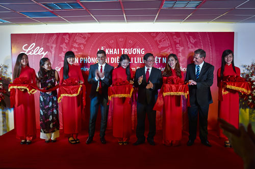 PGS-TS Nguyễn Tấn Bỉnh, Giám đốc Sở Y tế TP HCM, cùng ông Avraham (Avi) Raz, Trưởng đại diện Lilly Việt Nam, cắt băng khai trương văn phòng đại diện tại TP HCM