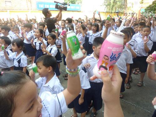"""các em học sinh Trường Tiểu học An Hội được uống sữa chua từ chương trình """"Sữa chua học đường"""""""