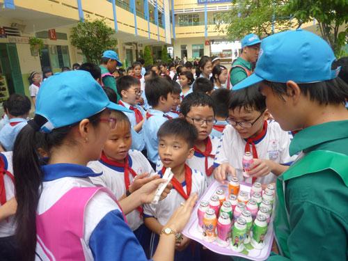 Sữa chua Yo-Bi được phát miễn phí cho các em học sinh tại Trường Tiểu học  Phú Lâm, quận 6