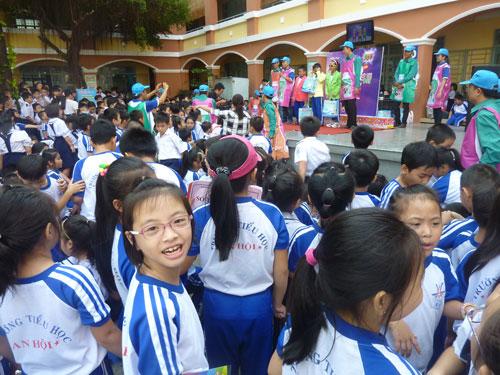 Các em học sinh cùng tham gia chương trình sữa chua học đường
