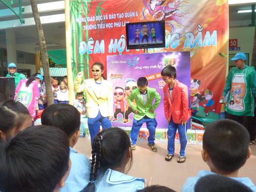 Các em học sinh Trường tiểu học Phú Lâm, quận 6 tham gia trò chơi nhảy điệu Gangnam Style