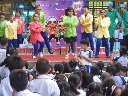 Các em cùng tham gia điệu nhảy Gangnam Style