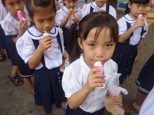 Các em vui thích uống sữa chua