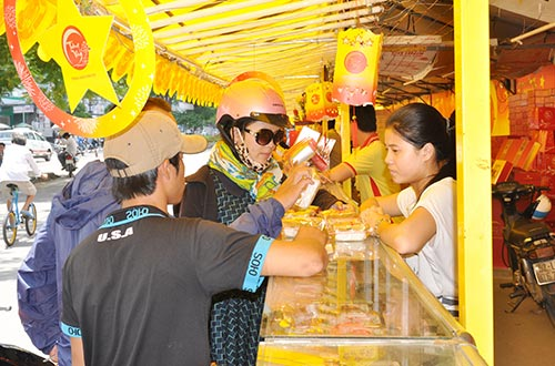 Nhiều người tiêu dùng chọn mua bánh Kinh Đô