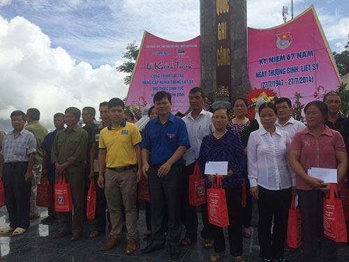 Đại diện Công ty Dược phẩm Nhất Nhất trao tặng quà và tiền cho gia đình chính sách huyện Nguyên Bình - Cao Bằng