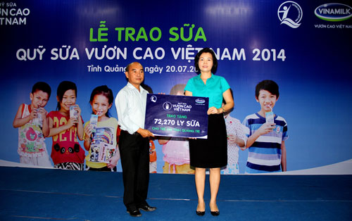 """Bà Bùi Thị Hương, Giám đốc đối ngoại Vinamilk, trao tặng 72.270 ly sữa của quỹ sữa """"Vươn cao Việt Nam"""" cho trẻ em tỉnh Quảng Trị"""