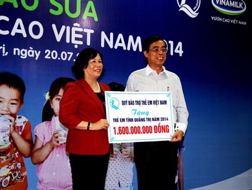 Bà Phạm Thị Hải Chuyền, Bộ trưởng Bộ LĐTB và XH, đại diện Quỹ Bảo trợ trẻ em Việt Nam thuộc Bộ LĐTB và XH trao tặng 1,6 tỉ đồng cho trẻ em có hoàn cảnh khó khăn, gia đình chính sách của tỉnh Quảng Trị