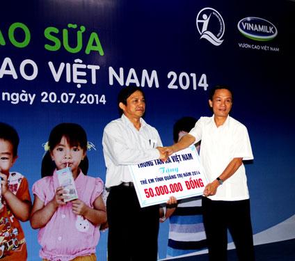 Ông Nguyễn Đức Lợi, Tổng Giám đốc TTXVN trao tặng 50 triệu đồng cho các cháu là con cán bộ, chiến sĩ, con ngư dân tỉnh Quảng Trị đang làm nhiệm vụ bảo vệ chủ quyền biển đảo