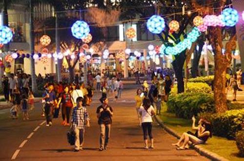 1.500 chiếc lồng đèn được treo dọc theo hồ Bán Nguyệt, khu đô thị Phú Mỹ Hưng