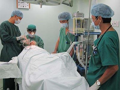 Phẫu thuật cắt a-mi-đan ở Bệnh viện Vạn Hạnh ảnh: V.H