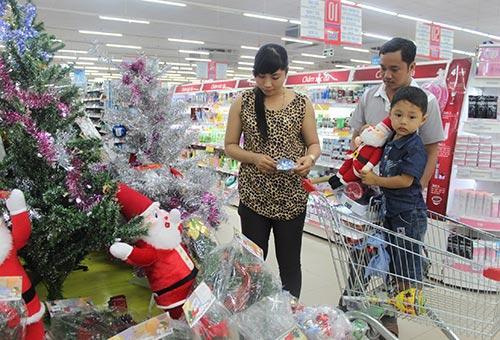 Người tiêu dùng chọn mua hàng Giáng sinh tại Co.opmart Trà Vinh
