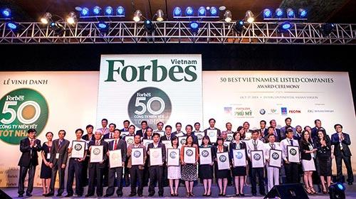 Đại diện Vinamilk cùng các doanh nghiệp tại lễ vinh danh 50 công ty niêm yết tốt nhất Việt Nam năm 2014, do Tạp chí Forbes tổ chức