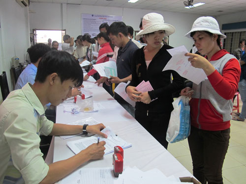 Người lao động đăng ký hưởng trợ cấp thất nghiệp tại Trung tâm Giới thiệu Việc làm TP HCM Ảnh: HỒNG NHUNG