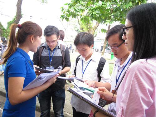 Ứng viên tìm việc tại ngày hội việc làm ở TP HCM
