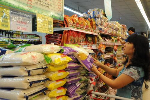 Mua sắm tại siêu thị. Ảnh tư liệu