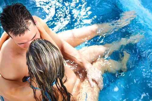 Quan hệ trong hồ bơi, bồn tắm nước nóng sẽ ngăn được STD và tránh thai là một quan điểm sai lầm