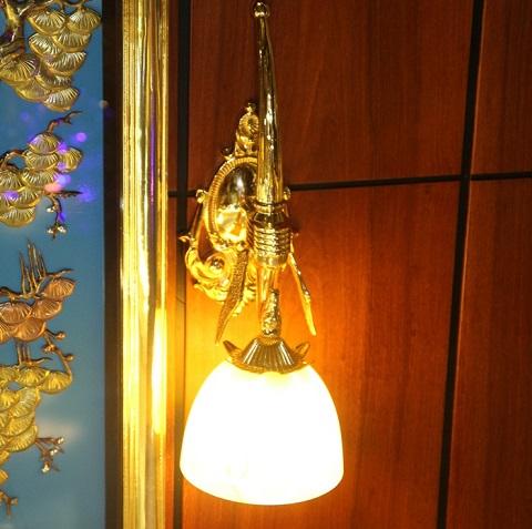 Các vật dụng trong ngôi nhà được mạ vàng cẩn thận.
