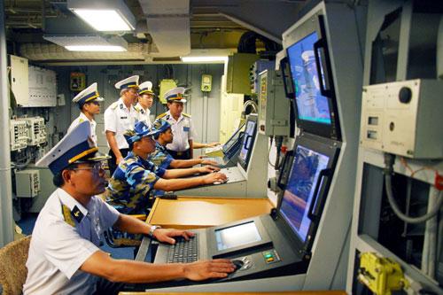 Trong phòng điều hành máy tàu, chỉ huy ngành và các nhân viên chăm chú quan sát, nắm chắc tình trạng kỹ thuật của các máy tàu.