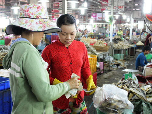 Chợ mở từ sáng đến chiều tối luôn tấp nập người mua, kẻ bán.