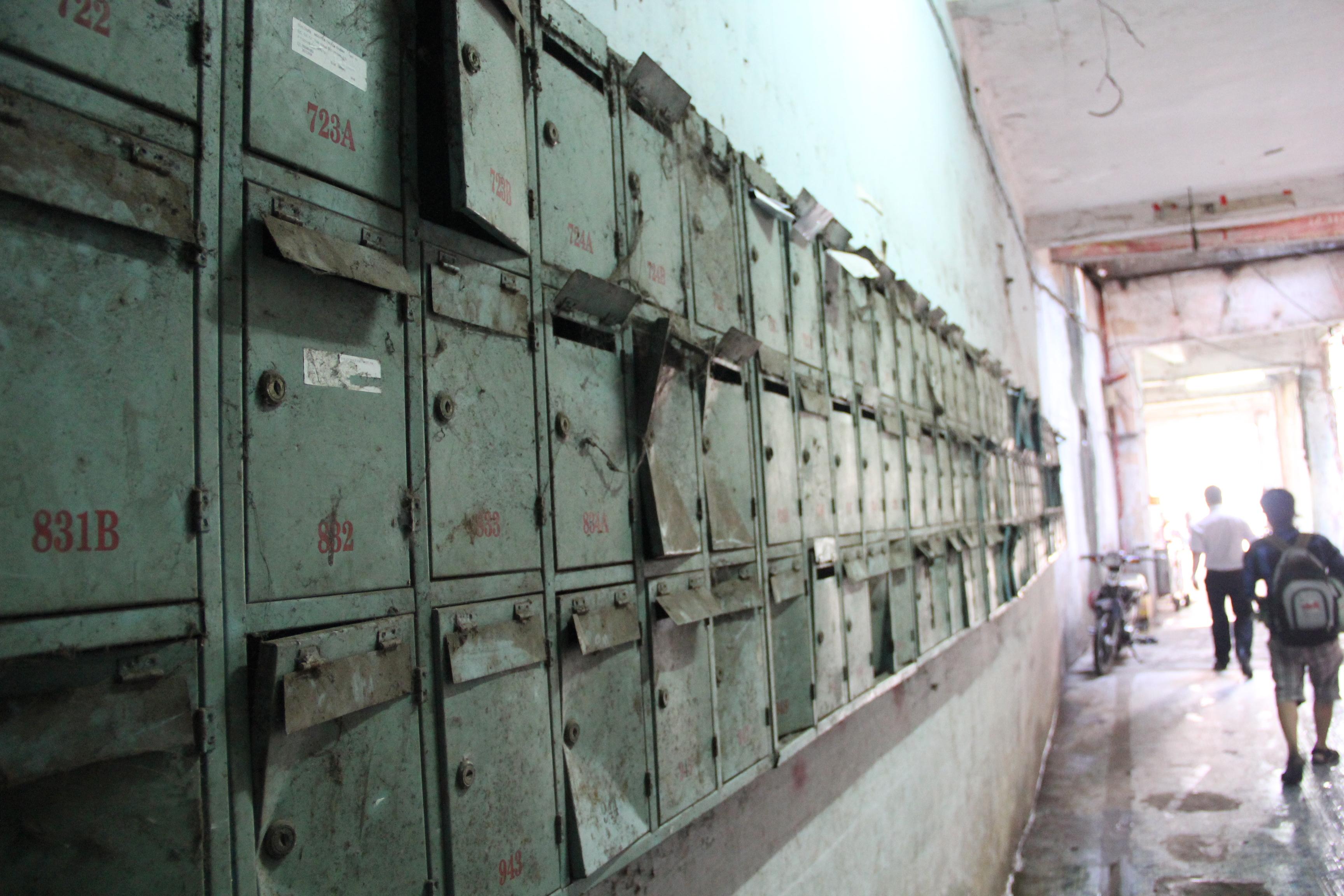 Những tủ đựng đồ đã bỏ không từ lâu dưới tầng trệt chung cư