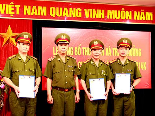 Trung tướng Trần Trọng Lượng (thứ 2 từ trái qua) trao thư khen và quyết định khen thưởng 3 đơn vị tham gia phá án
