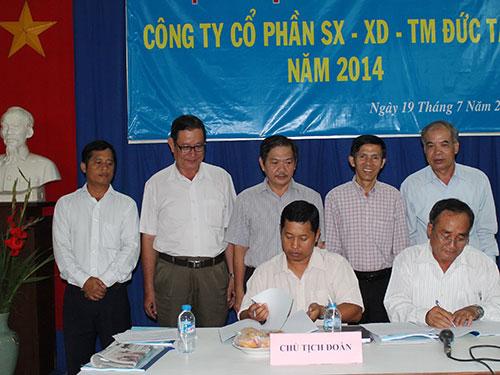 Đại diện ban giám đốc và CĐ Công ty CP SX-XD-TM Đức Tân ký kết thỏa ước lao động tập thể