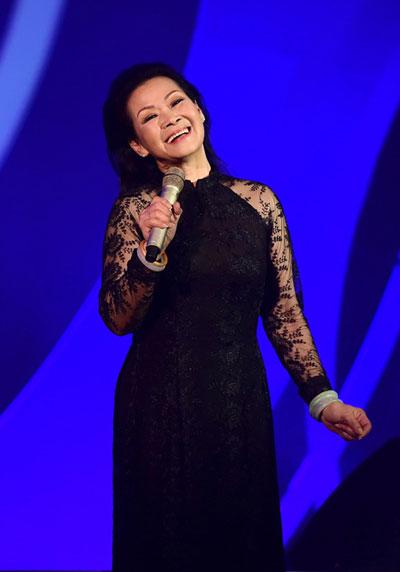Khánh Ly trình diễn trong live show tại Hà Nội