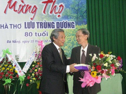 Nhà thơ Lưu Trùng Dương trong Lễ mừng thọ ông 80 tuổi tại Đà Nẵng (Ảnh do tác giả cung cấp)