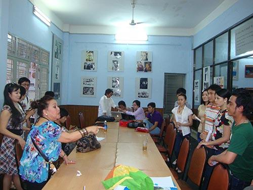 NSND Ngọc Giàu hướng dẫn các diễn viên trẻ tập chương trình đờn ca tài tử Nam Bộ tại Hội Sân khấu TP HCM