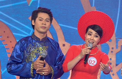 Thí sinh Nguyễn Thị Lý song ca với nghệ sĩ Võ Thành Phê. (Ảnh do ban tổ chức cung cấp)