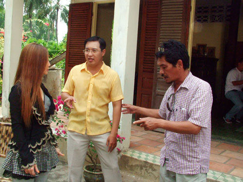 Nghệ sĩ Hà Linh (giữa) trao đổi với diễn viên trong một cảnh quay video hài mà anh là tác giả