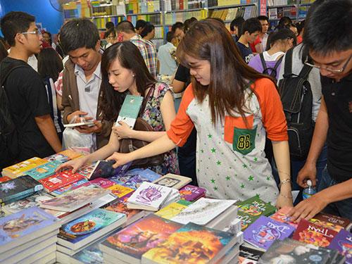Đông đảo bạn đọc trẻ đến với Hội sách TP HCM lần VIIIẢnh: TẤN THẠNH