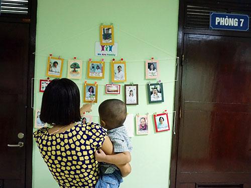 Đưa con đến khám bệnh tự kỷ tại Bệnh viện Nhi trung ương (Hà Nội).Ảnh: NGỌC DUNG