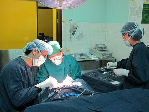 Đèn phòng phẫu thuật lúc nào cũng sáng choang nên các y - bác sĩ không còn nhận thức được thời gian mà chỉ tập trung cho ca mổ Ảnh: NGỌC DUNG