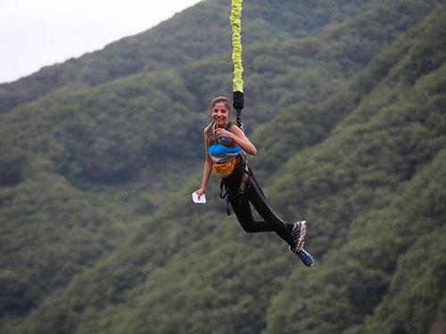 Thử thách nhảy Bungee giúp các đội vượt qua nỗi sợ hãi của bản thân  Ảnh: BHD