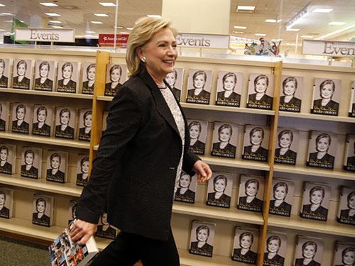 Bà Hillary Clinton tại buổi ký tặng hồi ký Hard choices ở Mỹ Nguồn: REUTERS