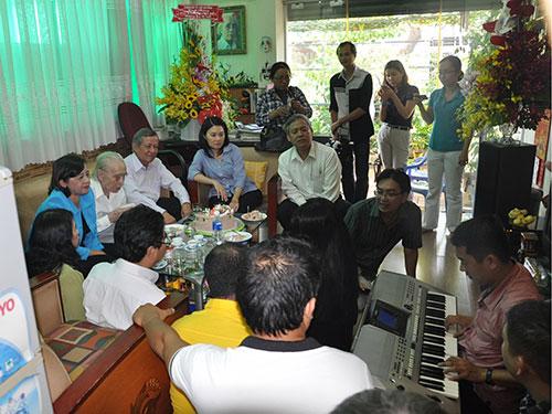Buổi chúc mừng sinh nhật diễn ra ấm cúng tại nhà riêng nhạc sĩ Phan Huỳnh Điểu Ảnh: QUANG VINH