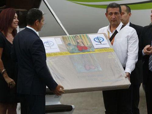 Các quan chức Venezuela đón nhận bức tranh. Nguồn: REUTERS