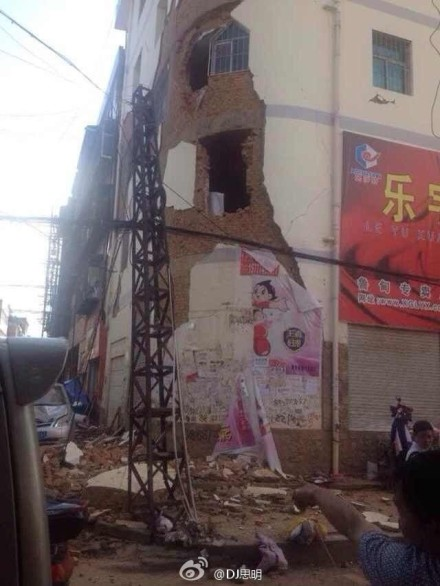 Một phần của bức từng sụp đổ sau trận động đất. Ảnh: Sina Weibo