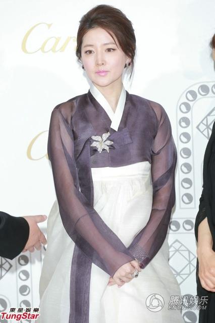 Lee Young Ae khoe vẻ đẹp cuốn hút