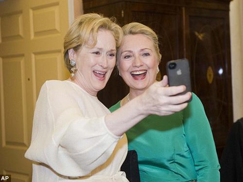 Meryl Streep chụp ảnh cùng bà Hilary Clinton