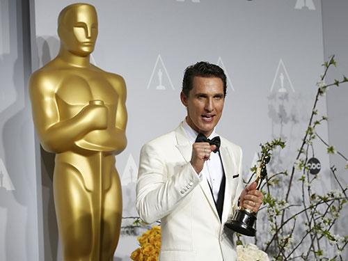 Matthew McConaughey với tượng vàng Oscar Nam diễn viên chính xuất sắc nhất  hôm 3-3 Nguồn: Reuters