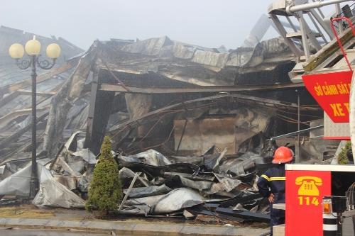 Khu nhà xưởng sau đám cháy, các khung sắt, tấm che kim loạn bị biến dạng vì nhiệt độ cao